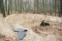 06_levá lajna se v lese letos bude za čtvrtým skokem stáčet do DIG lajny! navíc se na levou už nejezdí u dropu, ale ze silnice, všechno to jsou velký plusy