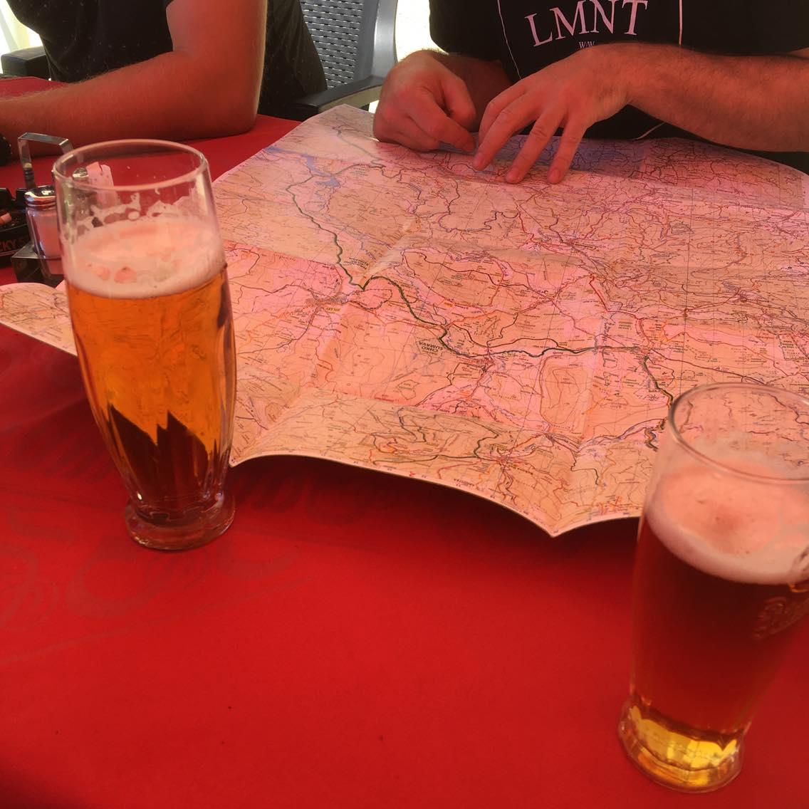 02 Smažák s kroketama, pivka a mapa. Máme to naplánovaný