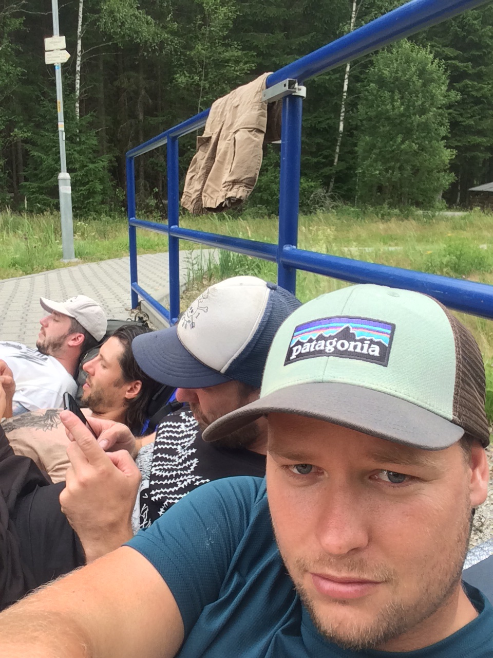 50 Čekáme na vlak a skupinově si dovolujeme na pár minut zapnout telefony a Válec si mezitím prohlíží svou novou čepici.