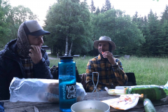 06 Na břehu jezera pod Plechým zaslouženě ukrajujeme ze svých zásob jídla na 3 dny